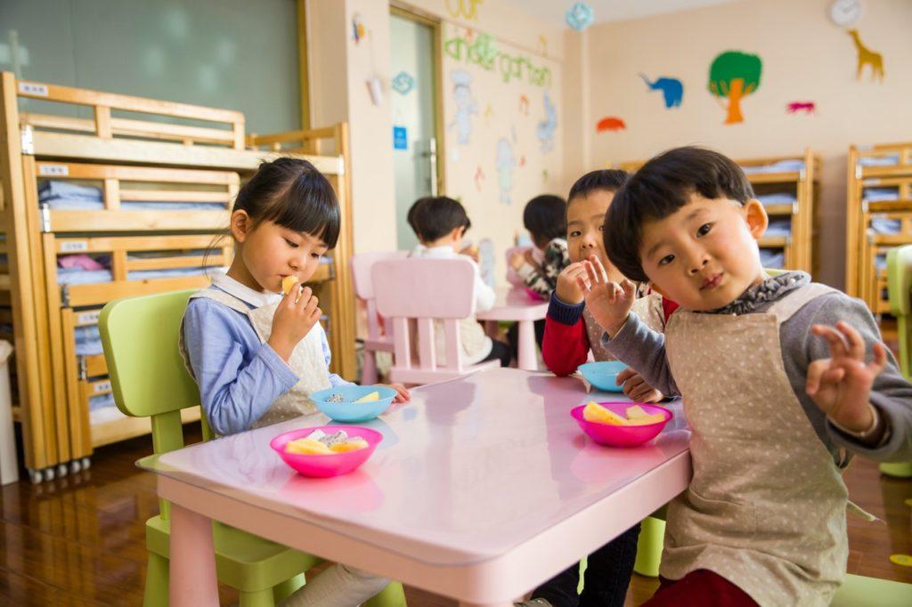 kids eating snacks together
